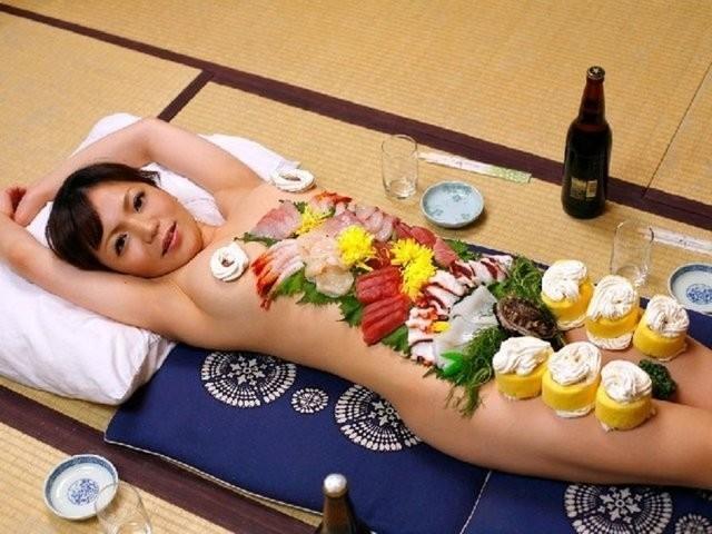 Çıplak kadın üzerinde yemek yer misiniz?