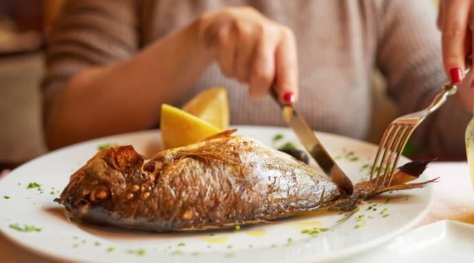 Balık elle mi yenir, çatal-bıçakla mı yenir?