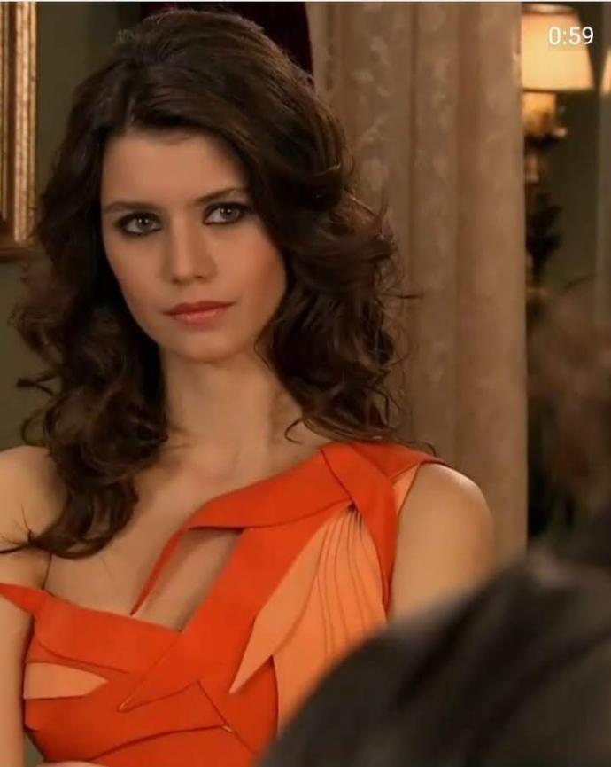 Türkiyenin en güzel kadını sizce Fahriye Evcen mi, yoksa Beren saat mi?
