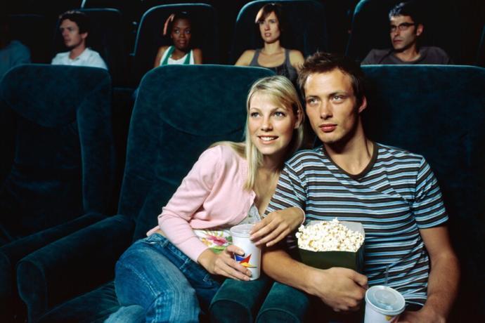 """""""Sevgilinizle Netflix'ten bir film izlemek mi yoksa sinemaya gitmek mi?"""" Tercihiniz hangisi olur?"""