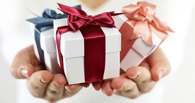 Karşı cinse hediye almak mı zordur, hemcinsine mi?