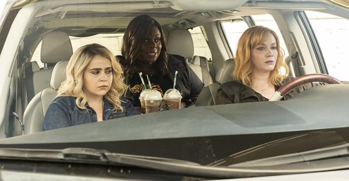 Trafikte araba kullanan kadın gören diğer sürücüler dönüp bakıyorlar. Kadınların araba kullanması neden ilginç?