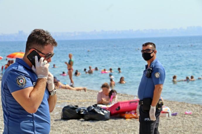 Covid-19 hastası kadın plaja gitti, hastaneye götürülmek isterkende insanlara tükürdü! Evde karantina kalkmalı mı sizce?