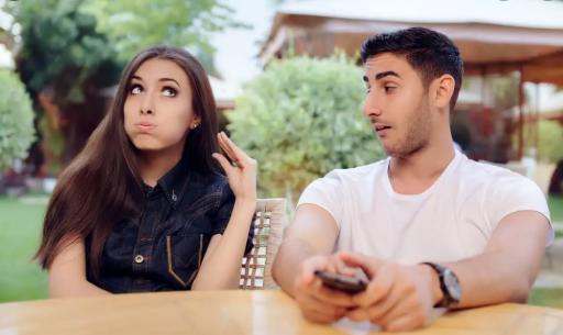 Mehter Marşı gibi bir ileri , bir geri yapan sevgili davranışları hangisi?