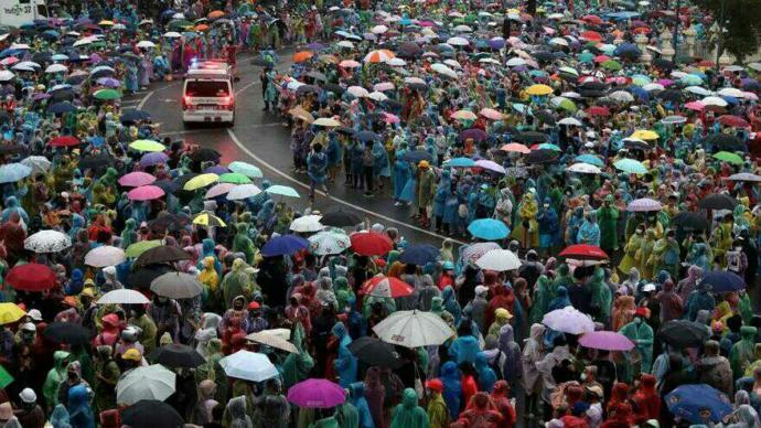 Taylandda milyonlarca insan monarşiye karşı sokaklarda! Türkiyede insanlar ne zaman akıllanacak?