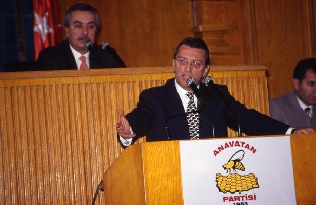 Eski başbakan Mesut Yılmaz Anavatan Partisi Grup toplantısında konuşurken