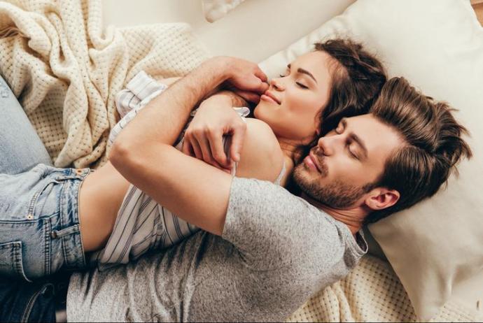 Yatakta kadına, kadın olduğunu hissettiren en güzel davranış nedir?