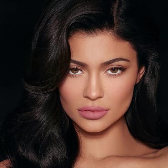 Kylie Jenner neden bu kadar özeniliyor? Tam olarak özelliği ne? Zengin olması mı? Yaşam tarzı mı? Güzelliği mi?