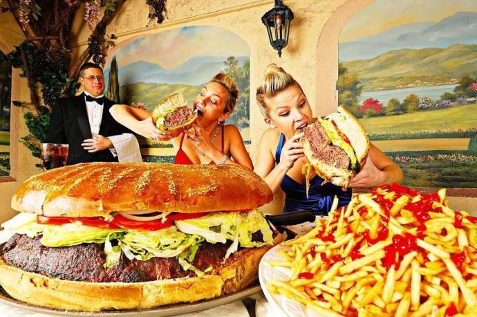 Sevgilinin yemek yerken Kraliçe Elizabeth gibi davranması samimi gelir mi?