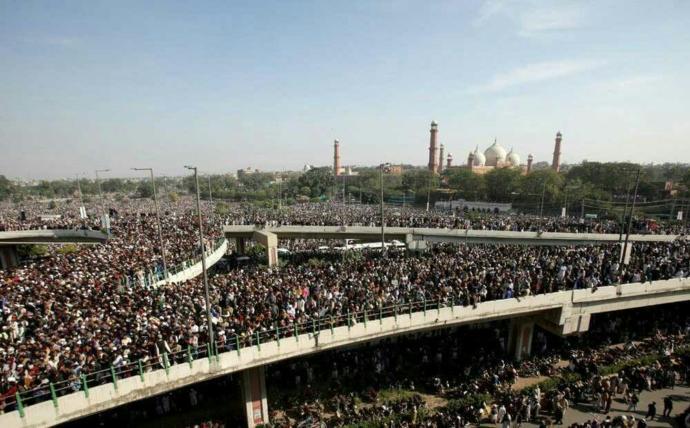 Pakistanda korkunç görüntüler: Cenaze törenine 500 bin kişi katıldı, korona unutuldu! Ekonomik adaletsizlik en büyük bela mı?