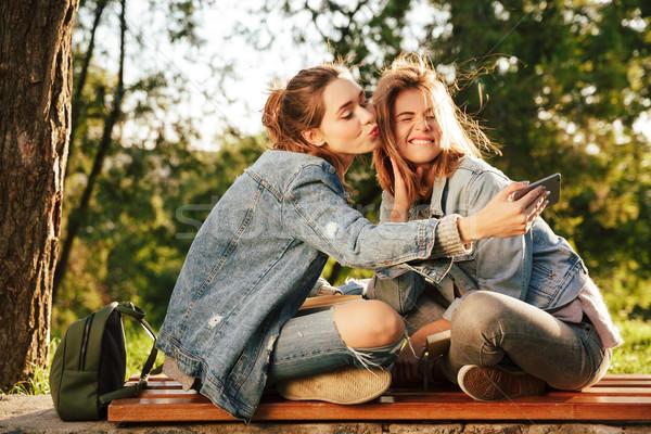 Yanınızdaki arkadaşınızın giyimi sizin için önemli midir?