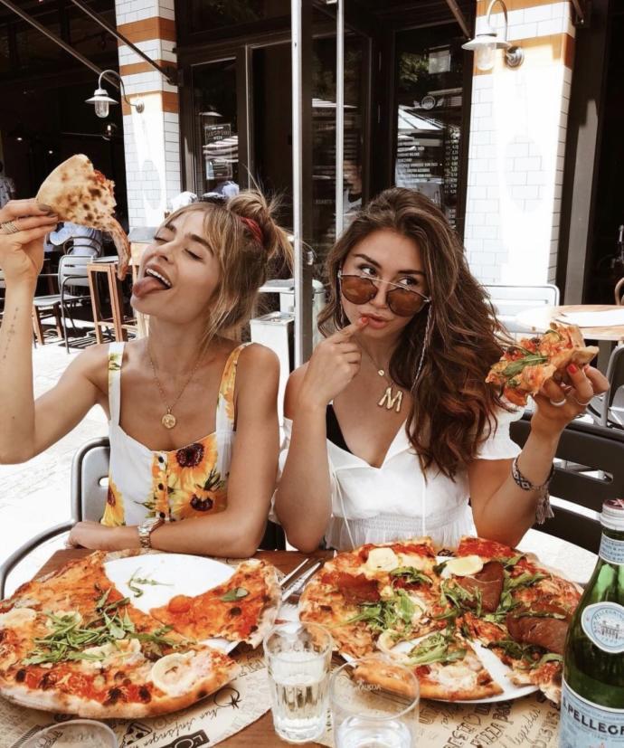 Yalnız yenilen yemek mi daha keyif veriyor yoksa arkadaşlarla yenilen kalabalık yemek mi keyif veriyor?