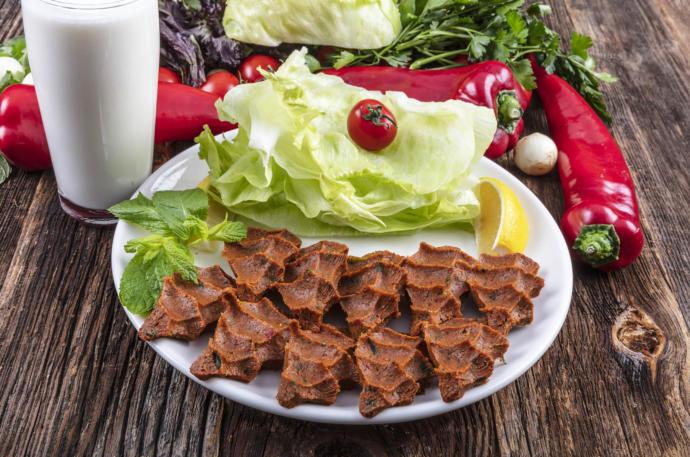 Çiğ köfteyi mi yoksa içli köfteyi mi yemelere doyamazsın?