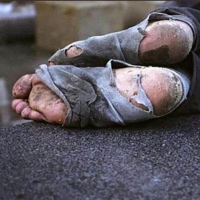 Zenginin yemeği sindirmek için yürüdüğü, fakirin yemek bulmak için yürüdüğü garip dünya hakkında ne düşünüyorsunuz?