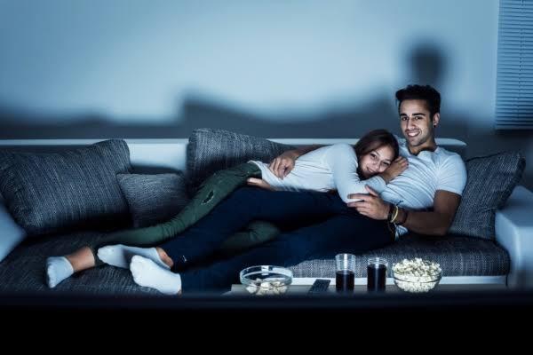 Film  ya da  dizi izlerken tek olmayı mı sevgiliniz ile olmayı mı seviyorsunuz?