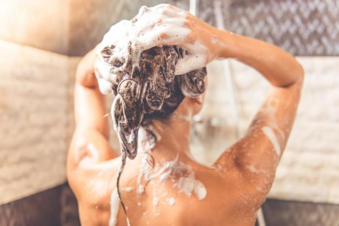 Saçlarınızı sadece duş esnasında mı yıkıyorsunuz?