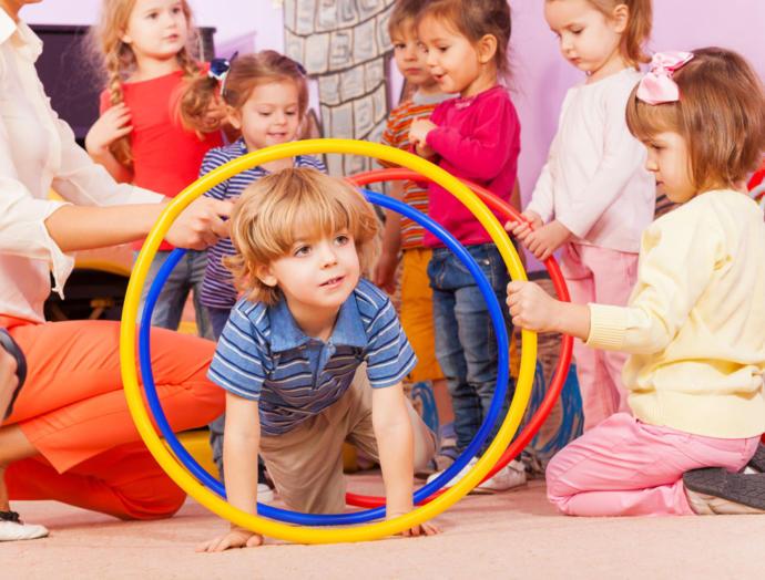 Oğlum kızlarla oynamayı daha çok seviyor, ne yapmalıyım?