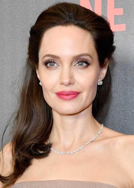 Hande Erçel mi daha güzel Angelina Jolie mi?