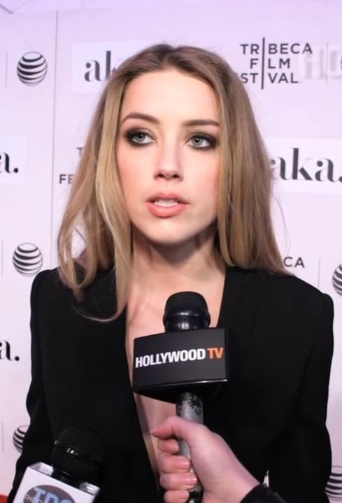 Amber Heardin yüzü çok büyük ve uzun değil mi?