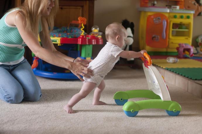 yürümeyi öğrenen çocuk