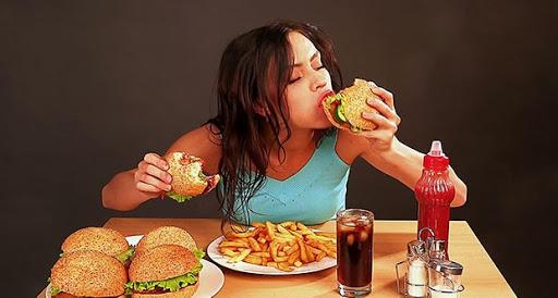Yemek yerken partneriniz birden sevişmek istese ve öpse dudaklarınızdan, eşlik eder misiniz, yoksa yemekten sonra mı dersiniz?
