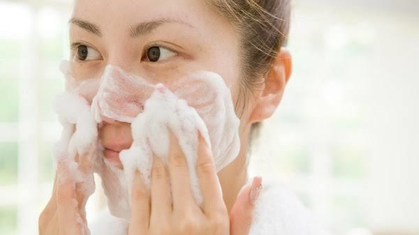Sabahları cildinizi sadece suyla mı, yoksa cilt ürünü ile mi yıkıyorsunuz?