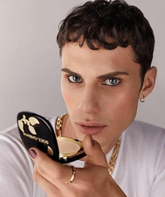 Makyaj yapan erkekler gözünüze hoş geliyor mu?