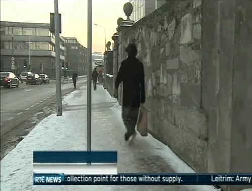 Karda kayıp düşen görünce sizde gülüyor musunuz?