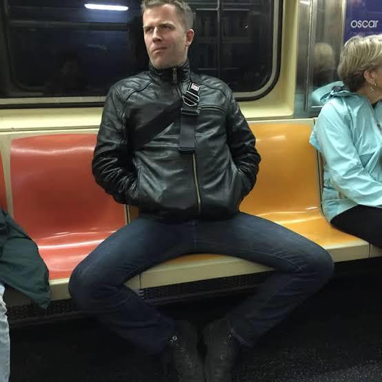 Erkekler neden bacakları ayrık oturur?