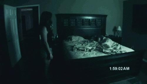Kız saatlerce yatağın başında bekliyor...