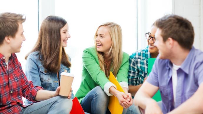 Senin için bir ortamda konuşmak mı kolay yoksa konuşmaktan çok dinlemek mi?