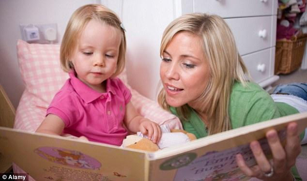 kızına hikaye okuyan anne