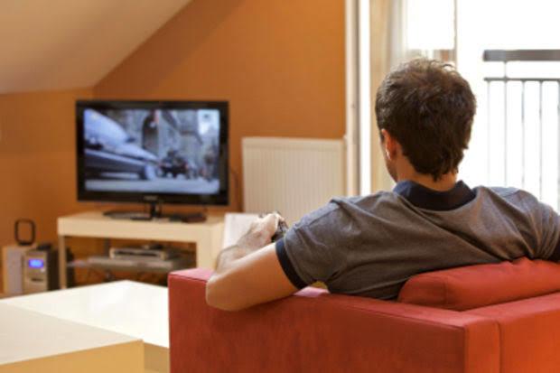 Bütün vaktini dizi/film izleyerek geçiren biriyle sevgili olur muydunuz?