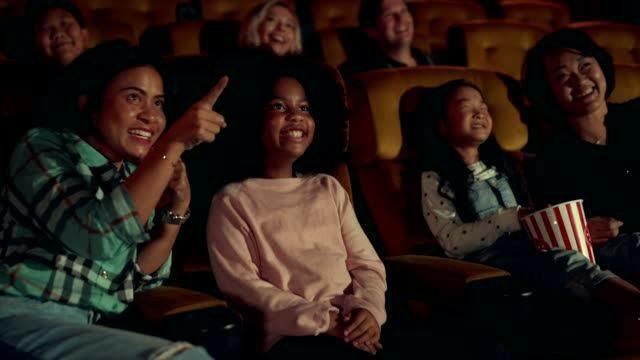 İzleyeceğiniz bir filmi başkası size filmde neler olduğunu anlatırsa izlemekten vazgeçer misiniz?