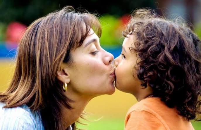 Çocukları dudağından öpmek doğru mu sizce?