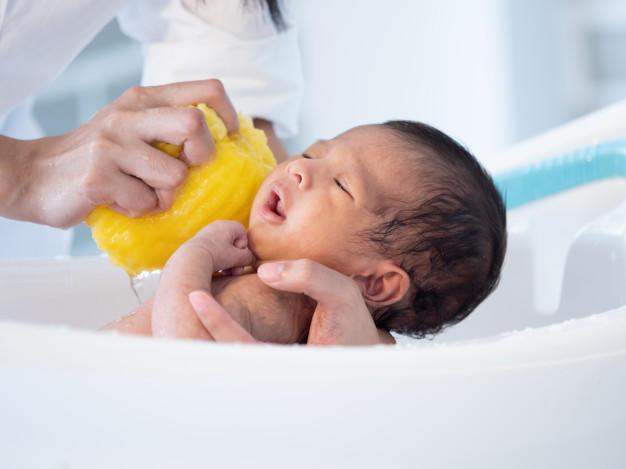 Bebeğime banyo yaptırırken onu düşürmekten korkuyorum. Bunu nasıl aşabilirim?