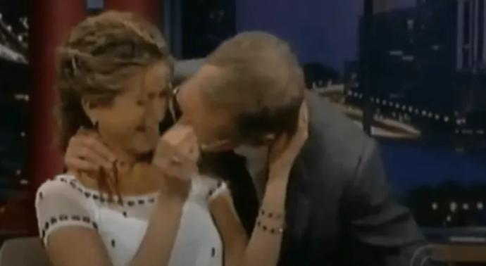 Letterman canlı yayında Jennifer Anistonun saçını emdi! Yapılan şey bir taciz midir?