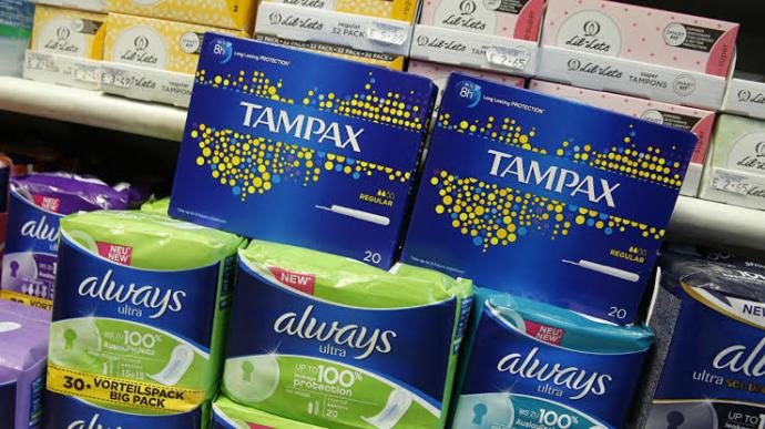Fransada üniversite öğrencileri için ücretsiz tampon ve ped dağıtımına başlanıyor. Sizce bu karar gerekli mi?