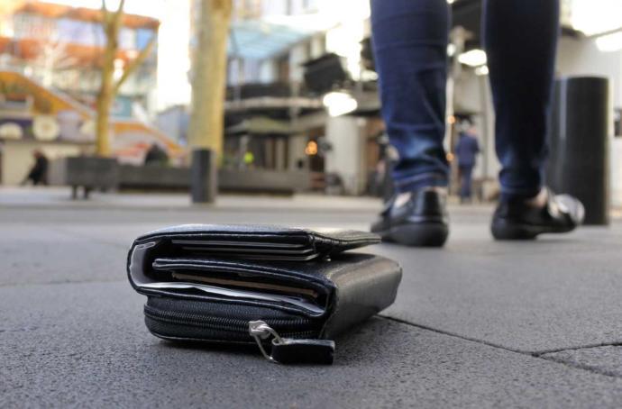 Gezmeye gidilen bir ülkede cüzdanını yere düşüren bir kişi ne yapmalıdır?