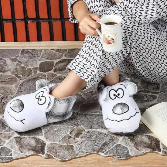 Evde ayakkabı ya da terlikle gezer misin?
