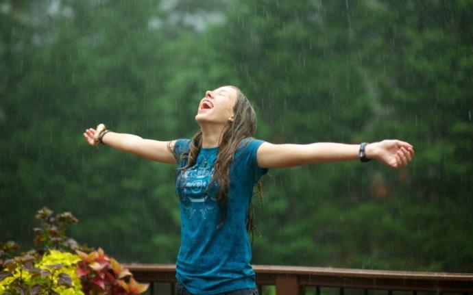 Yaz yağmurlarında ıslanmayı sever misin?