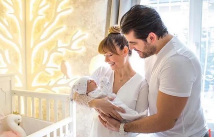 Özge Özder, kızı Lunanın doğum fotoğrafını paylaştı. Siz çocuğunuzun doğum fotoğrafını paylaşır mıydınız?