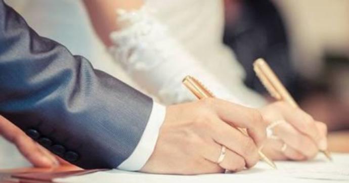 Kadınlar evlendikten sonra eşlerinin soyadını kullanmalı mı?