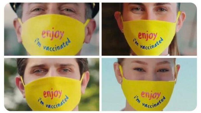 """Turizm çalışanlarının maskesinde """"İyi eğlenceler, ben aşılıyım."""" yazıyor."""