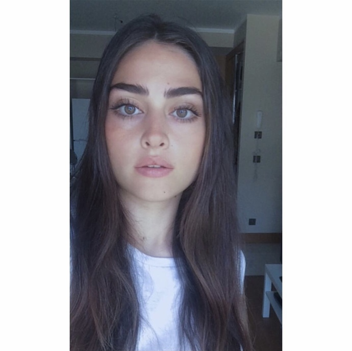Esra Bilgiç'in gözleri mi daha güzel Hande Erçel'in mi?