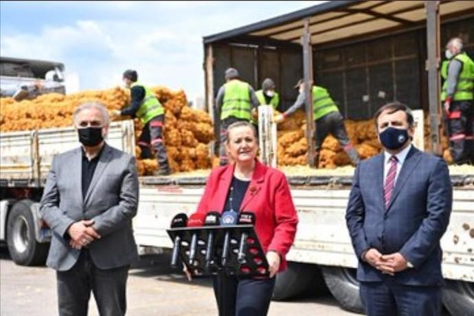 Resmi törenle verdikleri 3 kilo patatesi bile reklam yapan zihniyet, Venezuelaya giden kitleri, maskeleri reklam etmez miydi?