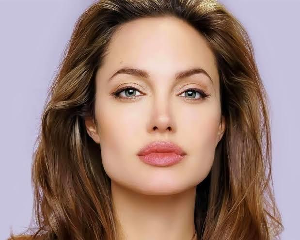 Angelina Jolie mi Hande Erçel mi daha güzel?
