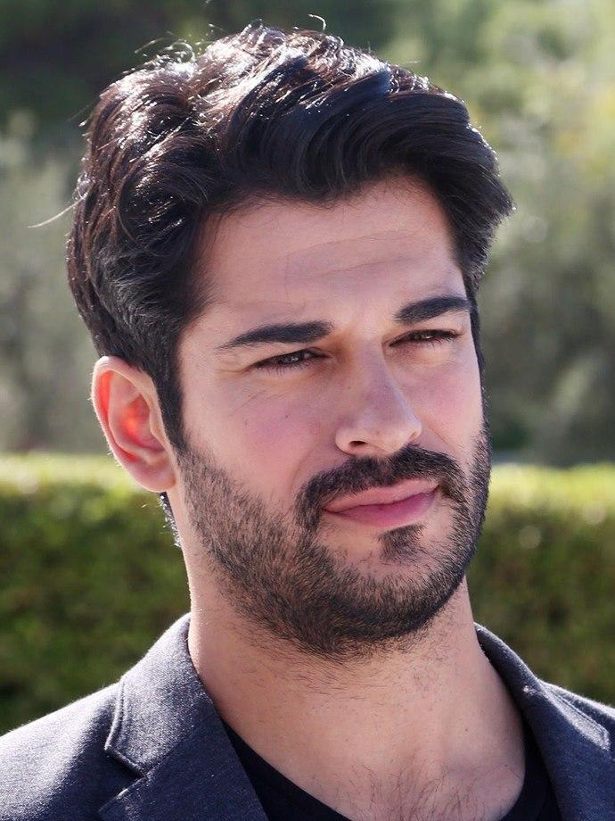 Bu oyuncu yakışıklı mi sizce?