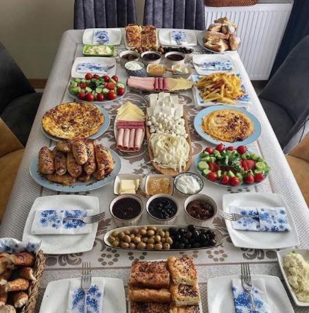 Misafir kahvaltısı denilince aklınıza hangi kahvaltılıkların oluşturduğu bir masa geliyor?