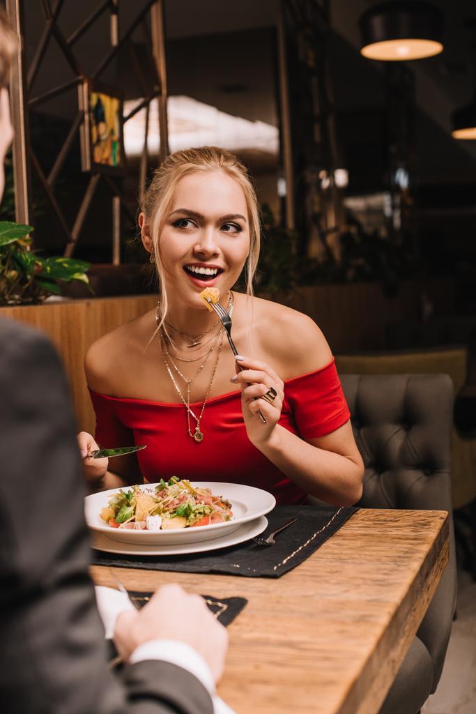 Sevgilin ya da eşin senin yanında rahat yemek yemiyorsa ne yaparsın?